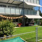 Ansicht der Südfassade mit der zu verkaufenden 4.5 Zimmer Gartenwohnung im Fokus